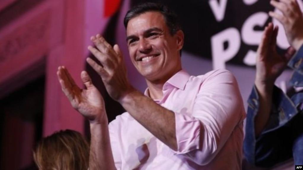 El líder del PSOE, Pedro Sánchez, celebra su triunfo en las elecciones de España