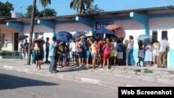 Una cola para comprar jabón en Santiago de Cuba.