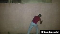 Reporta Cuba Activista escribe grafitis foto José Augusto Bueno