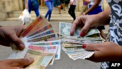 Doble moneda en Cuba. YAMIL LAGE / AFP