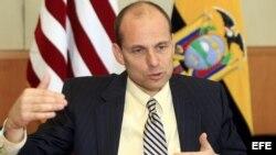 """Fotografía de este 16 de julio de 2012 del nuevo embajador de Estados Unidos en Quito, Adam Namm, hablando en la capital ecuatoriana. Namm alertó que Ecuador se expone al """"riesgo"""" de sanciones de su país por sus acuerd"""