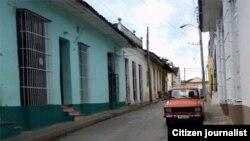 Reporta Cuba. Auto, en una calle de Sancti Spíritus.