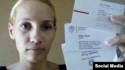 Sol Basulto de La Hora de Cuba, muestra las tarjetas de los diplomáticos que la visitaron.