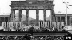 Fotografía de archivo del 12 de junio de 1987 que muestra al por entonces presidente de Estados Unidos Ronald Reagan (c) y al canciller alemán Helmut Kohl (a la derecha de Reagan) durante una ceremonia en el lado oeste del Muro de Berlín (Alemania), frent