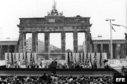 Archivo - Berlín Occidenta. 12 de Junio de 1987. Ronald Reagan (c) y el canciller alemán Helmut Kohl ( derecha de Reagan) en ceremonia al lado oeste del Muro de Berlín.