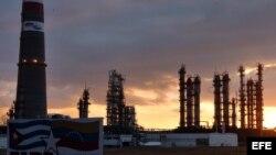 Refinería de petróleo Camilo Cienfuegos. Archivo.