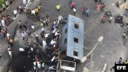 Numerosos simpatizantes del depuesto presidente Mohamed Mursi tratan de volcar un camión, durante unos disturbios en la localidad de Giza, cerca de El Cairo, Egipto