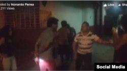 Imagen del arresto captada en video y publicada en Facebook por el escritor Nonardo Perea.