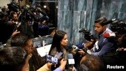 """La ministra de Comunicaciones de Bolivia, Roxana Lizárraga Vega, habla el jueves con periodistas en lo que era el apartamento de Evo Morales en la residencia oficial, llamada """"La Casa Grande del Pueblo"""" (Foto: David Mercado/Reuters)."""