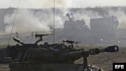 Un 155 Howeitzer israelí dispara contra la Franja de Gaza desde una localización no especificada en el sur de Israel hoy, miércoles 16 de julio de 2014.