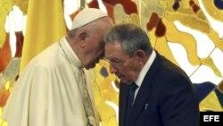 Saludos entre el General Raúl Castro y el papa Francisco en La Habana, en su primera visita oficial a Cuba.