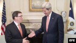 El secretario de Estado estadounidense John Kerry saluda al canciller cubano Bruno Rodríguez (d-i), en el Departamento de Estado en Washington (20 de julio, 2015).