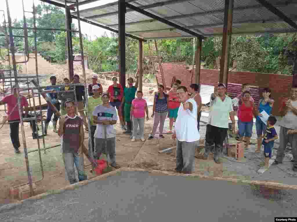 El pastor Bernardo de Quesada (al frente) con los feligreses que trabajan en la construcción del techo para el lugar de culto en Camagüey.
