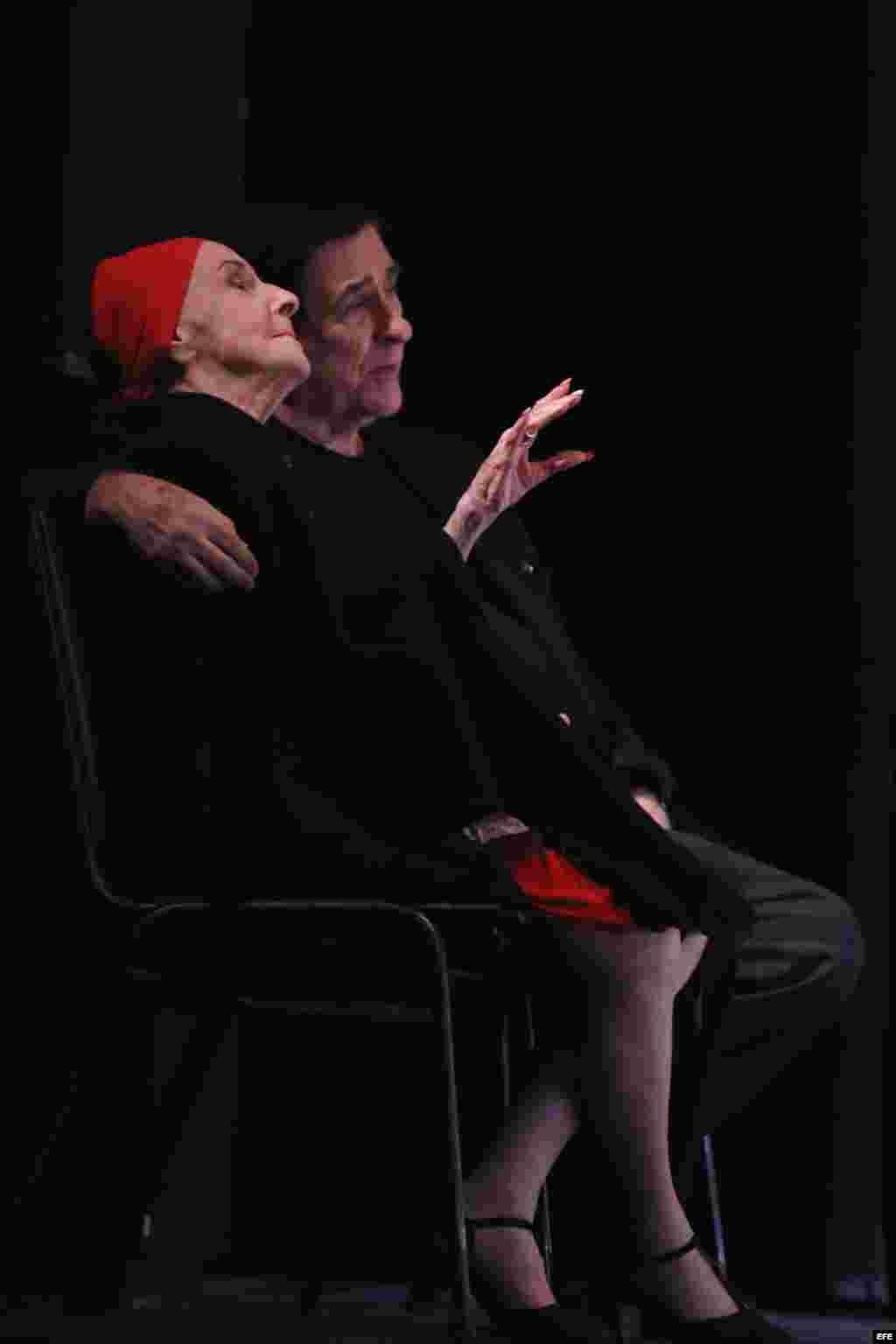 La bailarina Alicia Alonso, y su esposo y director del Museo del Ballet de Cuba, Pedro Simón Martínez, observan el ensayo en el Centro de Bellas Artes de San Juan. La Compañía llega a Puerto Rico.