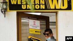 Una oficina de la Western Union en la Habana. (YAMIL LAGE / AFP)