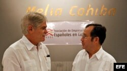 El canciller español Alfonso Dastis (i), conversa con el presidente de la Asociación de Empresarios Españoles en Cuba (AEEC), Xulio Fontecha. (Archivo)