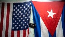 Las banderas de EEUU y Cuba cuelgan de un muro en La Habana. (AP Photo/Ramon Espinosa)