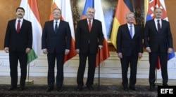 El presidente húngaro, Janos Ader; el polaco, Bronislaw Komorowski; el checo, Milos Zeman, el alemán, Joachim Gauck, y el eslovaco, Andrej Kiska, posan para una foto de grupo durante una reunión en el Castillo de Praga (R. Checa).