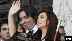 La presidenta argentina Cristina Fernández de Kirchner junto a su hijo Máximo.