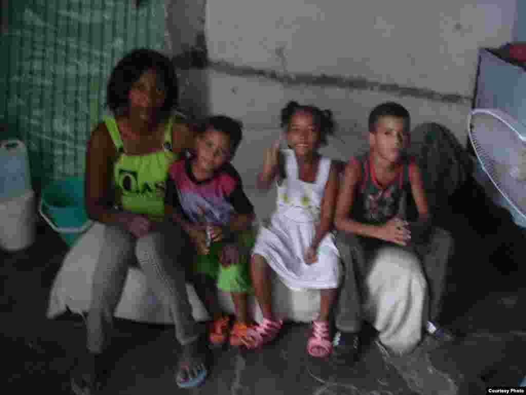 Melkys Faure Hechavarría con sus hijos, Dama de Blanco que protestó en las calles de La Habana.
