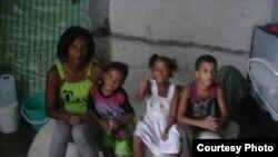 Melkis Faure Hechavarría con sus hijos, Dama de Blanco que protestó en las calles de La Habana.