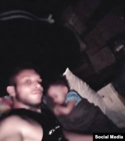 Yosniel Enríquez Suárez posa con su bebé dormida.