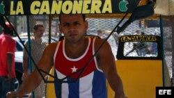 Un bicitaxista usa una camiseta con la bandera cubana en La Habana.
