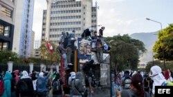 Un grupo de personas observa un quisco de los trabajadores del metro de Caracas