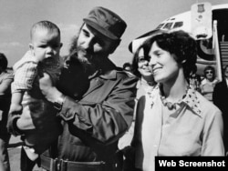 Fidel Castro sostiene en brazos a Michel Trudeau, junto a su madre, Margaret Trudeau.