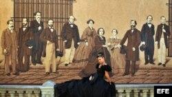 Una joven posa junto a un mural con personajes históricos para las fotos de sus 15 años en la Habana Vieja. Archivo.