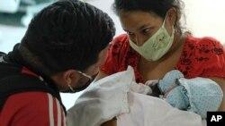 Ada Mendoza, de 24 años, muestra a su hija Peyton a su pareja Leo Camejo por primera vez.