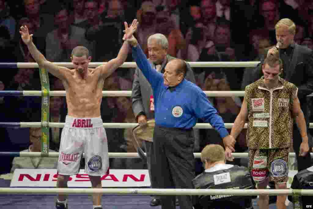 El juez levanta la mano al campeón.