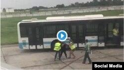 Agentes de Migración golpean a mujeres venezolanas en Aeropuerto de La Habana.