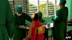Una enfermera chequea a un paciente en un centro de aislamiento de COVID-19 en La Habana. (YAMIL LAGE / AFP)