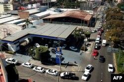 Conductores esperan durante horas para comprar gasolina en una estación de Guadalajara.