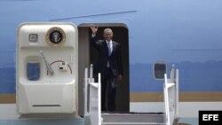 El presidente de Estados Unidos, Barack Obama, saluda hoy, jueves 2 de mayo de 2013, a su llegada a Ciudad de México (México)