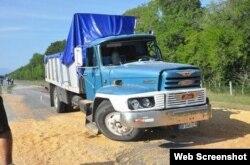 Camión HINO, que habría causado el accidente.