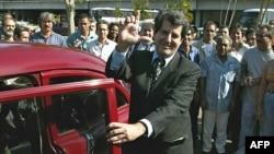 """Oswaldo Payá hace la """"L"""" de liberación a su arribo al aeropuerto Jose Martí de La Habana, el 2 de febrero de 2003."""