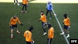 Los jugadores del Real Madrid, durante el entrenamiento que la plantilla ha realizado este lunes en la Ciudad Deportiva de Valdebebas.