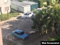 Carro policial custodiando la casa de acticvista Marthadela Tamayo.