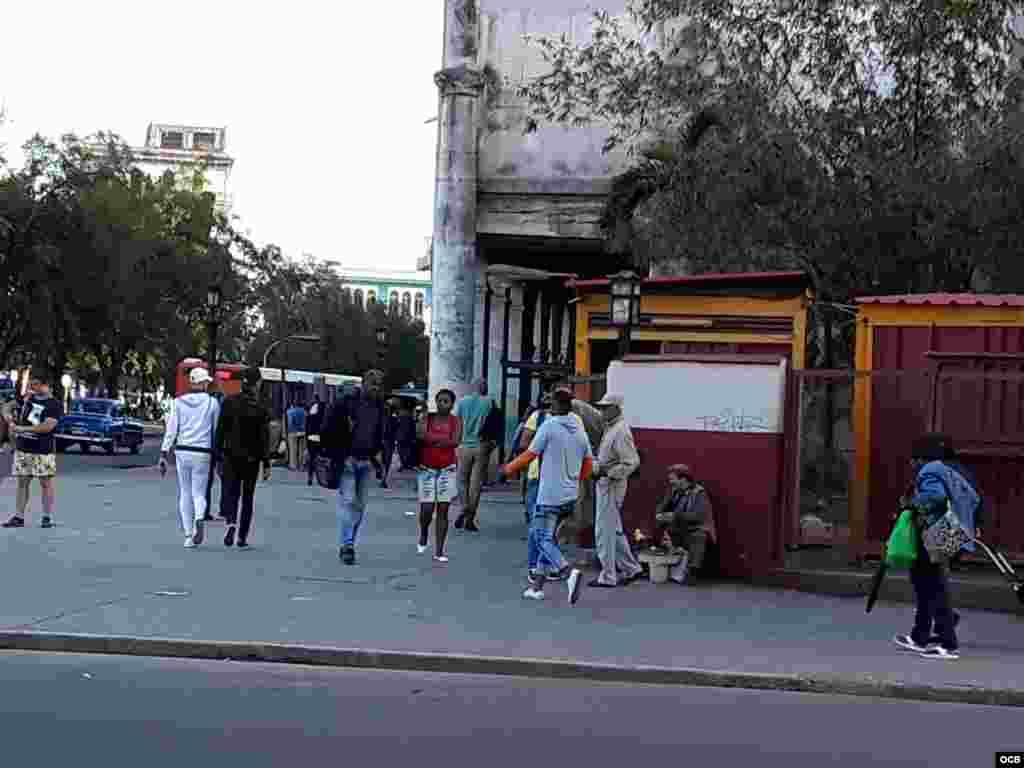 Abuelo que con sus maracas y demás instrumentos callejeros en la entrada del Barrio Chino de la Habana hace sus cantos para recibir a cambio unas monedas.