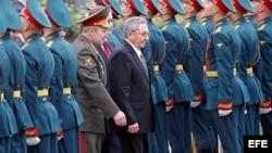 Raúl Castro en un desfile militar durante una ceremonia de homenaje en la Tumba del Soldado Desconocido cerca de los muros del Kremlin en Moscú, Rusia.