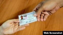 Reporta Cuba Policias revisan carnet de identidad