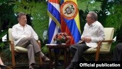 Reunión de los mandatarios de Cuba y Colombia, Raúl Castro y Juan Manuel Santos, este lunes en La Habana, durante la cual trataron temas de interés común para los dos países. Foto Oficial Presidencia de Colombia.
