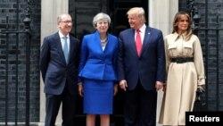 Donald Trump y Melania Trump recibidos por Theresa May y su esposo Philip en Downing Street.