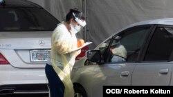 Una integrante del personal médico realiza pruebas de detección del coronavirus en Marlins Stadium, el miércoles 25 de marzo del 2020.