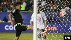 Oribe Peralta de México anota ante Cuba.