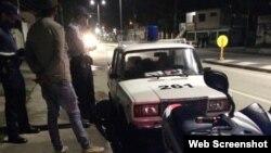 Una patrulla de policía en una calle de La Habana.