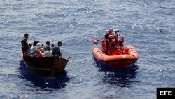 Balseros cubanos son interceptados por los guardias estadounidenses unas 82 millas al suroeste de Cayo Hueso, Florida, en 2007.