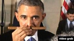 Barack Obama huele el puro que le han ofrecido en una fiesta en la Casa Blanca.